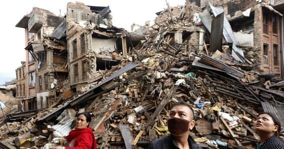 Polska grupa poszukiwawczo-ratownicza HUSAR została skierowana do działań ratowniczych w miejscowości Lalitpur, 12 km od Katmandu, stolicy Nepalu - poinformował rzecznik Państwowej Straży Pożarnej st. bryg. Paweł Frątczak. Jak dodał, nasi strażacy będą przeczesywać zawalone budynki przy jednej z ulic w Lalitpur. 81 ratowników PSP wylądowało w Nepalu w poniedziałek rano.