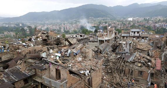 Liczba ofiar sobotniego trzęsienia ziemi w Nepalu przekroczyła 4000 - poinformowała nepalska policja. Jak wynika z najnowszych danych, w samym Nepalu zginęły 3904 osoby, ponad 60 osób zginęło w Indiach, a 25 w Tybecie. Osobno policja podaje liczbę ofiar śmiertelnych lawiny na Mount Evereście - jak podawano wcześniej, zginęło 18 osób.
