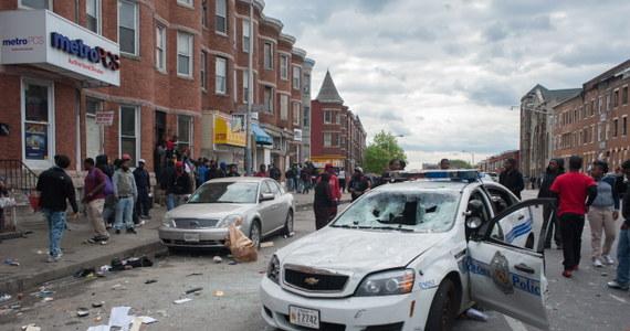 Siedmiu policjantów zostało rannych podczas zamieszek na ulicach amerykańskiego Baltimore. Rozruchy miały miejsce po pogrzebie czarnoskórego 25-latka, który zmarł po zatrzymaniu przez policję.