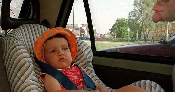 Prezydent Bronisław Komorowski podpisał nowelizację Prawa o ruchu drogowym. W myśl tej ustawy konieczność przewożenia dziecka w foteliku bezpieczeństwa zależeć będzie tylko od jego wzrostu. Zniknie obowiązująca obecnie granica wieku 12 lat. Zmiany dostosowują polskie prawo do dyrektyw Unii Europejskiej dotyczących stosowania w autach pasów bezpieczeństwa i fotelików dla dzieci.