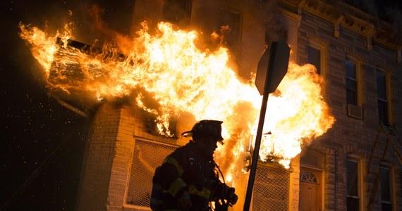Prawie 200 zatrzymanych, podpalonych 15 budynków i 144 samochody - to, jak poinformowało biuro burmistrza Baltimore, bilans nocnych zamieszek w tym mieście. 15 funkcjonariuszy policji odniosło obrażenia, w tym sześciu poważne. Dochodziło do plądrowania sklepów i aptek. Burdy wybuchły po pogrzebie Afroamerykanina, który zmarł po zatrzymaniu go przez policję.