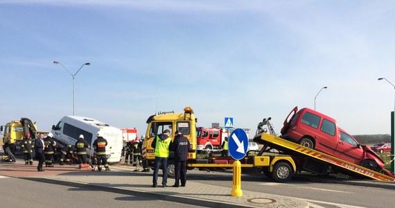 14 osób zostało rannych w zderzeniu samochodu osobowego z busem w Pelplinie na Pomorzu. To droga wojewódzka nr 230.