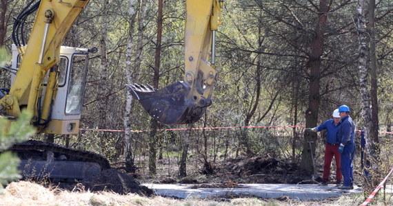 815 metrów w głąb ziemi sięgnął odwiert wykonywany z powierzchni w ramach akcji poszukiwawczej dwóch górników zaginionych po wstrząsie w kopalni Wujek. Wyższy Urząd Górniczy powołał zespół, który zajmie się analizą zdarzeń. Kombajn drążący podziemny chodnik w stronę poszukiwanych dotarł na odległość 237 metrów od wejścia do wyrobisk - dodał rzecznik Katowickiego Holdingu Węglowego Wojciech Jaros.