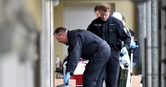 Niemiecka policja udaremniła zamach terrorystyczny w Hesji. Funkcjonariusze zatrzymali dwie osoby, w których mieszkaniu znaleziono sprawną bombę oraz broń i amunicję. Ze względów bezpieczeństwa odwołano wyścig kolarzy we Frankfurcie nad Menem.