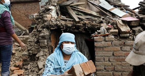 Według opublikowanego przez władze Nepalu nowego bilansu ofiar katastrofalnego trzęsienia ziemi z ub. tygodnia, liczba ofiar śmiertelnych wzrosła do 6 204 a rannych do 13 932. W stolicy kraju niemal co drugi dom jest zniszczony.