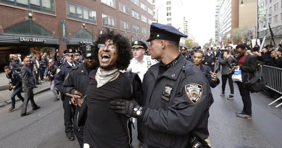 Wczorajsze protesty w Baltimore zakończyły się serią zatrzymań za naruszenie godziny policyjnej. Afroamerykanie protestowali po śmierci Freddiego Graya, który zmarł po policyjnej interwencji. Wcześniej w stan oskarżenia postawiono policjantów, którzy brali udział w zatrzymaniu Graya.