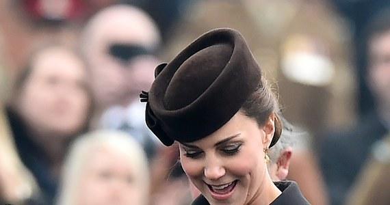 Księżna Kate urodziła córkę - podał przed chwilą Pałac Kensington na Twitterze! Mama i dziecko czują się dobrze. Dziewczynka waży nieco ponad 3 700 g.