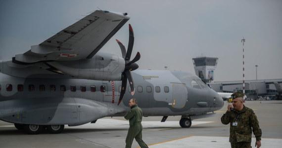 Wojskowe samoloty transportowe, wiozące pomoc dla poszkodowanych w trzęsieniu ziemi w Nepalu, zaczęły kolejno startować z Warszawy. W drodze powrotnej maszyny zabiorą polskich ratowników, którzy kończą akcję na miejscu.