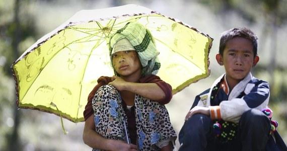 Przedstawiciele ONZ skarżą się na formalności administracyjne ze strony władz Nepalu. Z tego powodu opóźnia się pomoc humanitarną dla tego kraju dotkniętego 25 kwietnia najtragiczniejszym od wielu lat trzęsieniem ziemi. Liczba ofiar śmiertelnych wzrosła do 7040 osób.
