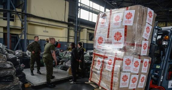 Polscy strażacy dostali od nepalskich władz zgodę na dostarczenie pomocy humanitarnej. Pięć polskich samolotów, które teraz czekają na lotnisku w New Dehli w Indiach, będzie mogło wylądować w Katmandu jutro o 5:45 naszego czasu – dowiedział się reporter RMF FM.