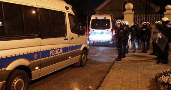 14 policjantów rannych, 6 kibiców zatrzymanych – to bilans nocnych zamieszek w Knurowie w woj. śląskim. Burdy wybuchły po śmierci 27-letniego kibica, który wczoraj został ranny podczas zajść na stadionie w Knurowie.