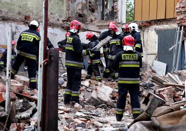 Bytom: Runęły ściana i dach budynku. Pod gruzami nie ma ludzi