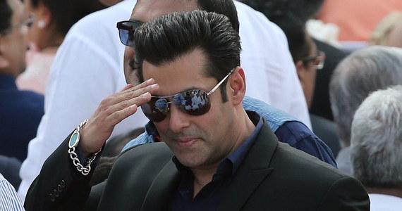Gwiazda Bollywood - indyjski aktor Salman Khan został skazany na 5 lat więzienia za zabójstwo sprzed kilkunastu lat. We wrześniu 2002 r. wjechał w grupę bezdomnych, śpiących na chodniku w Bombaju. W wypadku zginęła jedna osoba, a trzy zostały ranne.