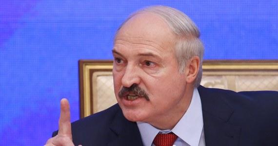 """""""Dla naszego narodu głównymi wartościami narodowymi są pokój, niezależność, społeczna zgoda i stabilność. Nie mamy wrogów. Nigdy nikomu nie zagrażaliśmy i nigdy nie będziemy zagrażać"""" – oświadczył białoruski prezydent Alaksandr Łukaszenka. """"Swojej niezależności i pokoju na naszej ziemi jesteśmy gotowi bronić w każdych warunkach. Białorusi wystarczy woli politycznej, sił i środków, by zdecydowanie udaremnić wszelkie próby mieszania się w jej sprawy wewnętrzne"""" - oznajmił."""
