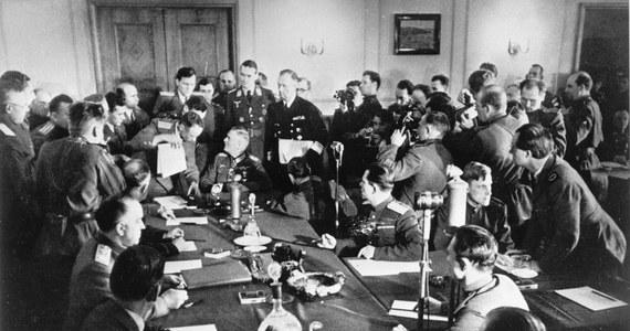"""Niewola niemiecko-rosyjska w 1945 roku zmieniła się dla Polski w rosyjską. Oto jakim """"zwycięstwem"""" zakończyła się dla nas wojna. Wódz Pyrrus, król Epiru, po wygranej bitwie pod Ausculum w roku 279 p.n.e. miał rzec: """"jeszcze jedno takie zwycięstwo i będę zgubiony."""" Analogia nasuwa się sama. PRL świętujący Dzień Zwycięstwa razem z Sowietami 9 maja, był jak niewolnik na smyczy warujący u stóp swego pana. Rytuał się powtarza moim skromnym zdaniem w """"Wolnej Polsce"""" czyli PRL bis. Zwycięzcy autentyczni -USA, Wielka Brytania a nawet Francja- słusznie świętują 8 maja. Europa Zachodnia i Ameryka zasadnie triumfują. Gdy Polska bezrefleksyjnie do nich dołącza, według mnie ujawnia tylko swoje kompleksy. Rozebrana kolejny raz w Teheranie i Jałcie przez Wielką Trójcę - Stalina, Roosevelta i Churchilla- którzy przyklepali zdradziecki pakt Ribbentrop-Mołotow, Polska powinna """"wypiąć się"""" na to """"święto"""". Alianci? Nonsens. Amerykanie i Brytyjczycy to także zbrodniarze z mojego, polskiego punktu widzenia."""