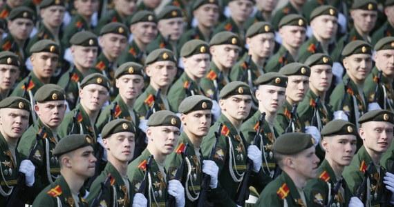 Hitlerowska awantura była straszną lekcją dla świata, który nie od razu dostrzegł śmiertelne zagrożenie w ideologii nazizmu - mówił podczas defilady wojskowej na Placu Czerwonym w Moskwie Władimir Putin. Była to największa taka defilada w historii Rosji. Upamiętniała 70. rocznicę zwycięstwa nad hitlerowskimi Niemcami w II wojnie światowej.