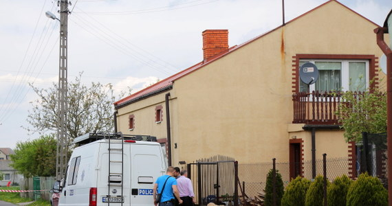 Ciało 67-letniej kobiety, która miała rany cięte, znaleziono w domu jednorodzinnym w Żychlinie w woj. łódzkim. Do szpitala trafiła jej 10-letnia wnuczka. Policja zatrzymała w związku z tą sprawą dwóch nastolatków.