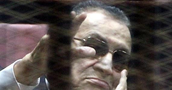 Egipski sąd skazał obalonego prezydenta Hosniego Mubaraka i jego dwóch synów, oskarżonych o defraudację, na trzy lata pozbawienia wolności bez możliwości skrócenia wyroku. Wyrok wydano w powtórzonym procesie.