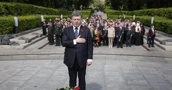 """""""Ukrainę popiera cały świat. Jednym z przejawów tego poparcia jest szeroki bojkot międzynarodowy dzisiejszej parady na Placu Czerwonym w Moskwie"""" - powiedział podczas uroczystości z okazji Dnia Zwycięstwa w Muzeum Wielkiej Wojny Ojczyźnianej w Kijowie prezydent Ukrainy Petro Poroszenko.  Podkreślił, że Ukraina już nigdy nie będzie świętowała zwycięstwa nad nazizmem według pisanych w Rosji scenariuszy, które przewidują """"zimnokrwiste wykorzystywanie Dnia Zwycięstwa dla wywyższania ekspansjonistycznej polityki wobec sąsiadów, by utrzymać ich w swojej orbicie wpływów i by odrodzić imperium""""."""