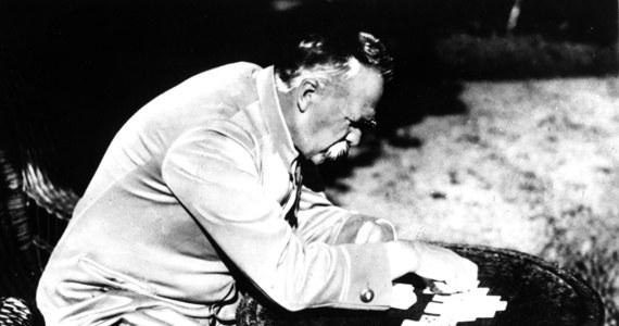 """12 maja 1935 roku w Belwederze o godz. 20.45 zmarł marszałek Józef Piłsudski. W czasie pogrzebu na Wawelu prezydent Ignacy Mościcki mówił: """"Cieniom królewskim przybył towarzysz wiecznego snu. Skroń jego nie okala korona, a dłoń nie dzierży berła. A królem był serc i władcą doli naszej""""."""