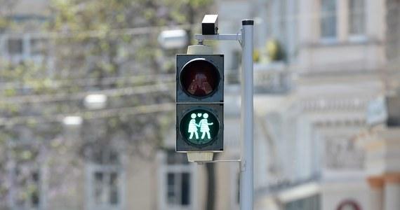 Niektóre z sygnalizatorów ulicznych w Wiedniu sygnalizują pieszym nie tylko obowiązek zatrzymania się bądź możliwość przejścia przez jezdnię, ale też... podkreślają tolerancję wobec różnej orientacji seksualnej. Wielu mieszkańców miasta jest tym pomysłem zachwyconych.