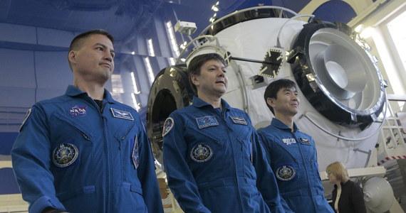Członkowie załogi Międzynarodowej Stacji Kosmicznej (ISS), którzy mieli wrócić na ziemię w czwartek, 14 maja, pozostaną na stacji ok. miesiąca dłużej. Powodem jest awaria statku Progress - powiedział kierujący rosyjskim segmentem ISS Władimir Sołowjow.