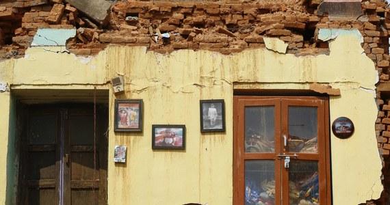 Do 91 wzrosła liczba ofiar śmiertelnych wtorkowego trzęsienia ziemi w Nepalu - poinformowały władze tego kraju. Ponad 2 400 osób zostało rannych. Około 10 tysięcy ludzi, których dotknął kataklizm, spędziło noc pod gołym niebem.