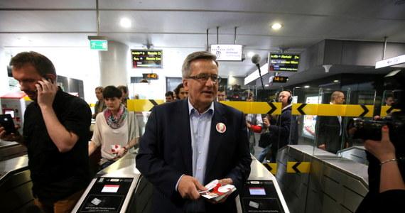 Bronisław Komorowski rozdawał wczoraj ulotki w warszawskim metrze niezgodnie z prawem - dowiedział się dziennikarz RMF FM Grzegorz Kwolek. Takie akcje można prowadzić, jeżeli posiada się zgodę Zarządu Transportu Miejskiego. Sztab Komorowskiego o nią nie wystąpił.