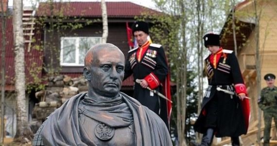Kozacy z Petersburga wystąpili z inicjatywą postawienia Władimirowi Putinowi niecodziennego pomnika. W miejscowości Agałatowo, 20 km od Petersburga, odsłonięto popiersie rosyjskiego przywódcy, na którym przypomina on… cesarza rzymskiego.