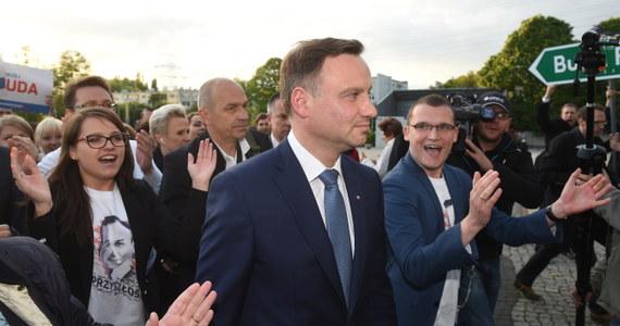 Podczas wczorajszej debaty prezydenckiej Bronisław Komorowski zarzucił swojemu konkurentowi, że od dziewięciu lat blokuje etat na Uniwersytecie Jagiellońskim. Jak sprawdził reporter RMF FM, asystent w Katedrze Prawa Administracyjnego Andrzej Duda jest na urlopie bezpłatnym od 1 sierpnia 2006 roku, więc już niemal od 9 lat.