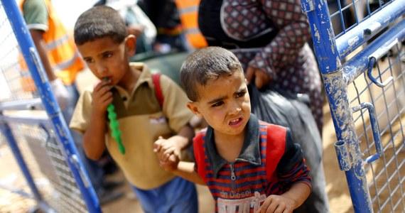 Przerażająca scena – chłopiec w czarnej czapce, stojący z lufą wycelowaną w klęczącego mężczyznę. Jego spojrzenie kipi złością, pistolet strzela w czoło zniewolonego człowieka. Ofiara upada. Chłopiec-morderca jest bojownikiem Państwa Islamskiego. Został zaprogramowany do zabijania i  wspierania radykalnych islamskich bojówek.