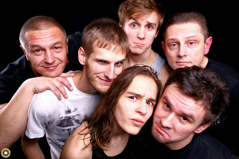 """Poniżej możecie zobaczyć teledysk przygotowany przez dwójkę finalistów siódmej edycji """"Must Be The Music"""" - grupy Rootzmans i Kraków Street Band."""