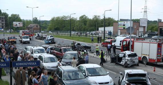 Zarzuty spowodowania katastrofy w ruchu lądowym i ucieczki z miejsca wypadku przedstawiła prokuratura kierowcy tira, który we wtorek doprowadził do karambolu na skrzyżowaniu ulic Grota Roweckiego i Kobierzyńskiej w Krakowie. W wyniku wypadku rannych zostało 15 osób, w tym cztery ciężko. Ciężarówka uszkodziła 19 aut.