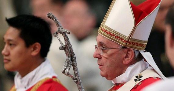"""Papież Franciszek wyznał, że od 25 lat nie ogląda telewizji, bo taką obietnicę złożył Matce Bożej. O swych kontaktach z mediami i dawnych """"atakach paniki"""" na widok dziennikarzy opowiedział w wywiadzie dla argentyńskiej gazety."""