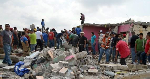Co najmniej 13 osób zginęło, a ponad 100 zostało rannych w rezultacie nagłego ataku tornada na meksykańskie miasto Acuna położone przy granicy z USA. Żywioł, który zaatakował w poniedziałek nad ranem, przewracał samochody i zniszczył setki domów.