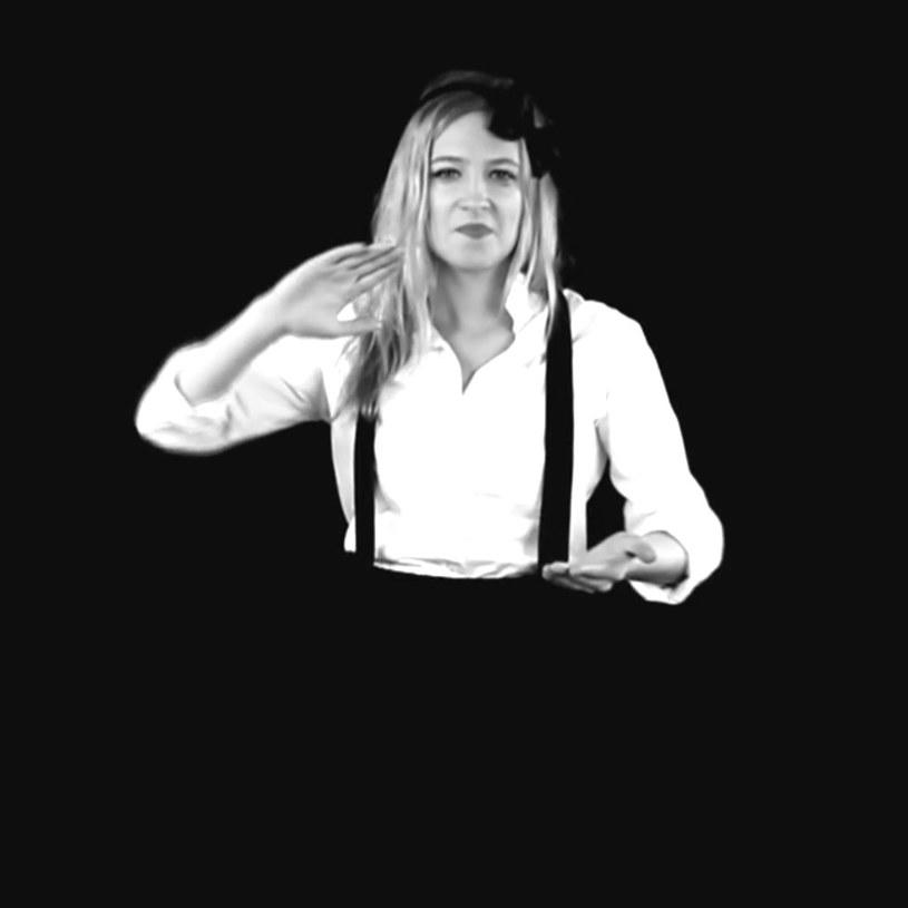 """Teledysk """"Wszystko jedno"""" dowodzonej przez wokalistę Wojtka Łuszczykiewicza grupy Video doczekał się wersji nagranej w polskim języku migowym (PJM)."""