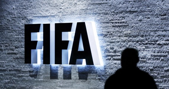 """Kongres FIFA na pewno się odbędzie! """"Sekretarz Generalny i prezydent Sepp Blatter nie są objęci żadnym śledztwem. To FIFA jest w tej sprawie stroną poszkodowaną. Mistrzostwa świata w Rosji i Katarze zostaną zorganizowane zgodnie z planem"""" - mówi rzecznik Międzynarodowej Federacji Piłkarskiej. Policja aresztowała w Zurychu grupę wysokich rangą działaczy FIFA, podejrzewanych przez władze USA o korupcję przy wyborze gospodarzy MŚ 2018 i 2022. Szwajcarski wymiar sprawiedliwości zablokował też rachunki bankowe FIFA."""
