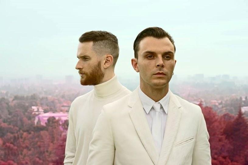 """Uwielbiani w Polsce Brytyjczycy z Hurts (Theo Hutchcraft i Adam Anderson) wracają w światła reflektorów za sprawą premiery singla """"Some Kind of Heaven""""."""