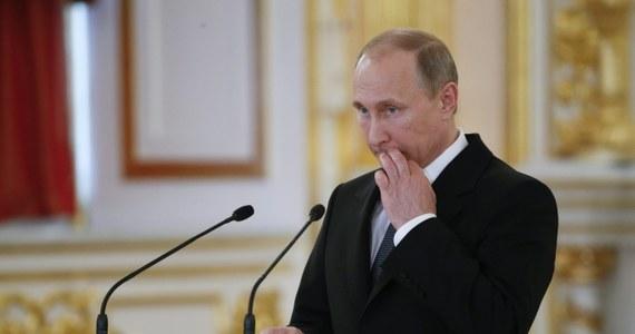 """Przedstawiciele Unii Europejskiej w krytycznych słowach komentują czarną listę polityków objętych zakazem wjazdu do Rosji. Dokument,  w którym wymienieni są również Polacy, opublikowała fińska telewizja publiczna YLE. Biuro prasowe szefowej dyplomacji UE Federiki Mogherini podkreśliło, że uważa rosyjską listę za """"całkowicie arbitralną i nieuzasadnioną"""". Przewodniczący Parlamentu Europejskiego Martin Schulz stwierdził, że taki gest Moskwy """"jeszcze bardziej osłabia wzajemne zaufanie i utrudnia wszelkie starania o konstruktywny dialog""""."""