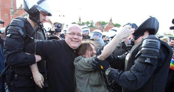 """Około tysiąca osób uczestniczyło w Trójmiejskim Marszu Równości pod hasłem: """"jesteśmy rodziną"""" w Gdańsku. Przemarsz próbowały zakłócić osoby związane ze środowiskiem narodowców, uczestniczące w kontrmarszu. Policja informuje o czterech zatrzymanych."""