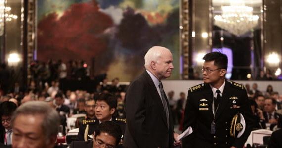 Republikański senator John McCain powiedział, że w związku z niepokojącymi działaniami Chin w regionie Azji i Pacyfiku, USA powinny zacząć dostarczać broń Wietnamowi. Dodał, że potrzebne jest stworzenie funduszu obronnego dla państw Azji Południowo-Wschodniej.