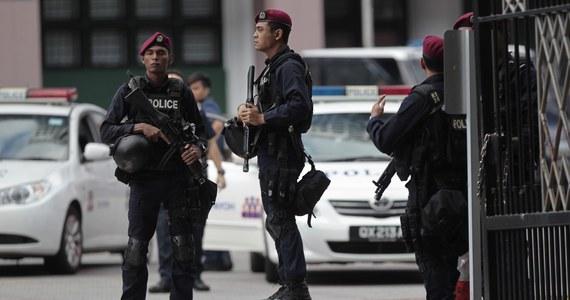W pobliżu hotelu w Singapurze, gdzie trwa międzynarodowe forum bezpieczeństwa, policja zastrzeliła mężczyznę, a dwóch kolejnych aresztowała.  W forum uczestniczy m.in. szef Pentagonu Ashton Carter i szefowa unijnej dyplomacji Federica Mogherini.
