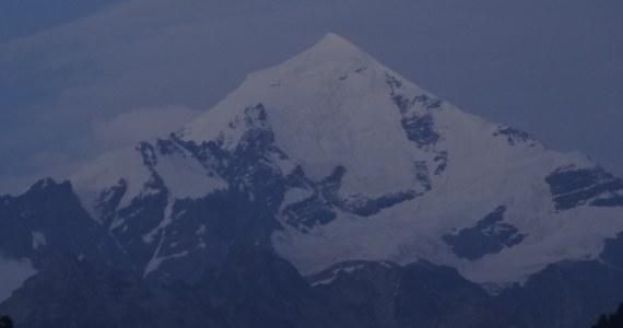 Trzej Polacy, którzy utknęli na górze Tetnuldi na Kaukazie, są już bezpieczni. Ewakuował ich stamtąd śmigłowiec gruzińskich służb ratunkowych. Polacy koczowali pod szczytem przez dwa dni. Nie mogli zjeść w bezpieczne miejsce z powodu śnieżycy.