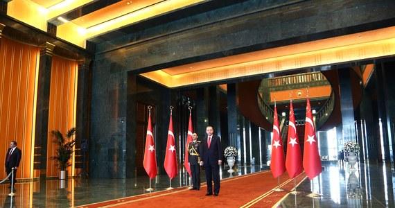Prezydent Turcji Recep Tayyip Erdogan zaprosił do swej nowej, wystawnej siedziby w Ankarze przywódcę opozycji Kemala Kilicdaroglu, by udowodnić mu, że w pałacu prezydenckim nie ma pozłacanych sedesów.