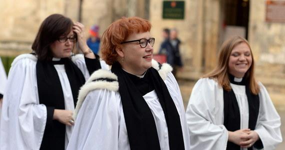 """Grupa kobiet-księży w Kościele anglikańskim rozpoczęła kampanię, mającą na celu emancypację języka używanego w modlitwach i podczas odprawiania liturgii. Chcą zmienić zaimek osobowy Boga i zwracać się do niego jako do """"niej""""."""