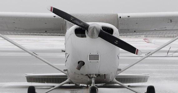 FBI wykorzystuje samoloty wyposażone w kamery i anteny, by prowadzić monitoring i inwigilację Amerykanów – twierdzi agencja Associated Press. Według AP Biuro wykorzystuje samoloty m.in. typu Cessna, które oficjalnie - jak wynika z dokumentów rejestracyjnych - należą do 13 fikcyjnych prywatnych firm. Wyposażone są w technologię umożliwiającą m.in. identyfikację osób znajdujących się w polu widzenia kamer i korzystających w tym czasie z telefonów komórkowych.