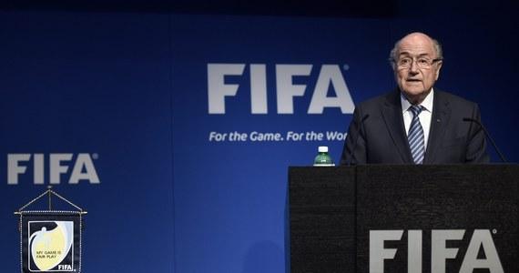 """Cztery dni po reelekcji prezydent Międzynarodowej Federacji Piłki Nożnej Joseph Blatter zrezygnował ze stanowiska! O swojej decyzji, która ma związek ze skandalem korupcyjnym FIFA, poinformował na konferencji prasowej w Zurychu. """"FIFA wymaga głębokiej przemiany"""" - powiedział 79-latek."""