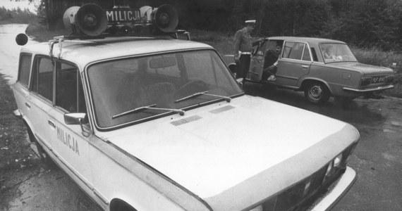 """Dokładnie 30 lat temu, 4 czerwca 1985 roku, Sąd Wojewódzki w Poznaniu skazał na karę śmierci Edmunda Kolanowskiego - seryjnego mordercę, pedofila i nekrofila. Pierwszą kobietę zabił w 1970 roku. Został złapany w 1983 roku. Oskarżono go o trzy zabójstwa i profanację pięciu zwłok. Swoim ofiarom oraz bezczeszczonym przez siebie zwłokom wycinał narządy płciowe. Ciała palił w piecu. """"Żył sobie, pracował, miał rodzinę, ale raz na jakiś czas opuszczał to swoje """"standardowe"""" życie i udawał się na łowy, dość przerażające i śmiertelne. To człowiek-zagadka, przeciętniak, który niekiedy przekraczał z rozmachem granice: moralne, etyczne, prawne"""" - mówi w rozmowie z RMF FM Michał Larek, współautor książki o Kolanowskim """"Martwe ciała"""". """"Edmund Kolanowski to prawdziwy seryjny zabójca, nasz polski, PRL-owski Lecter, niespecjalnie inteligentny, który nawet być może nie zdaje sobie do końca sprawy z tego, co robi, który wcale nie pojedynkuje się z milicją czy z innymi służbami"""" - dodaje Larek."""