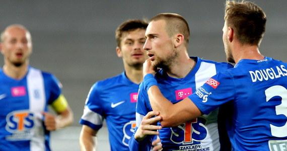 Piłkarze Lecha Poznań wygrali w Zabrzu z Górnikiem 6:1 w 36. kolejce ekstraklasy i do mistrzostwa wystarczy im remis w ostatnim meczu. Druga w tabeli Legia zremisowała w Gdańsku z Lechią 0:0. Miejsce w rozgrywkach UEFA zapewnił sobie w środę Śląsk Wrocław.