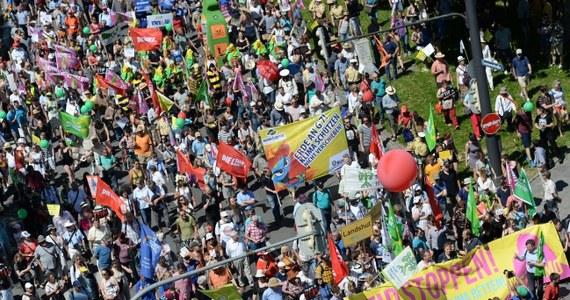 Ponad 30 tys. osób protestowało w Monachium przeciwko rozpoczynającemu się w niedzielę spotkaniu przywódców siedmiu najbardziej wpływowych państw świata (G7) w Elmau w Bawarii.